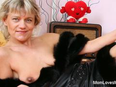 Mature domina whore finger fucks her twat till cum
